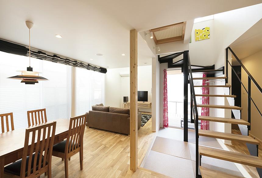 アイアンの手すりの鉄骨階段や2階の廊下部分をグレーチングにしたスケルトンなお家が開放的な空間を作ります。 /></li> <p>アイアンの手すりの鉄骨階段や2階の廊下部分をグレーチングにしたスケルトンなお家が開放的な空間を作ります。</p> <li><img src=