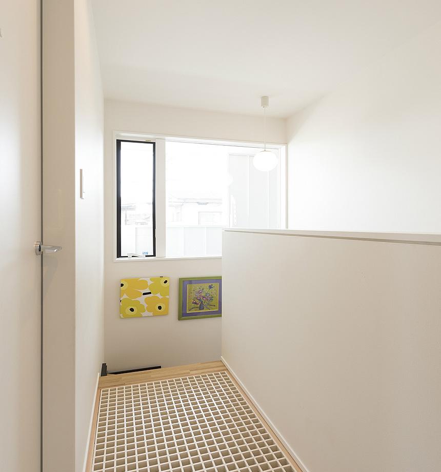 2階の廊下はグレーチングを採用。光と空気を送り込みます。