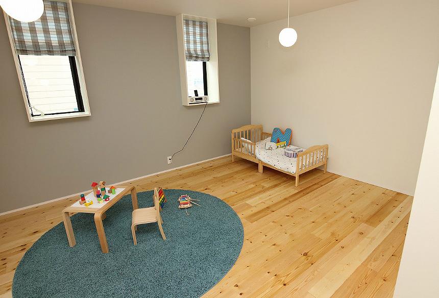 今後子ども部屋にもなる2階のフリースペースは仕切りのない開放的な空間は、TRETTIOの特徴のひとつ。仕切りのないワンフロアの設計で、どこにいても家族の気配を感じながら生活できます。