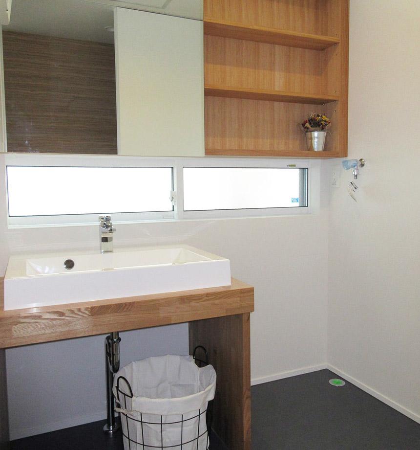 造作の洗面化粧台。