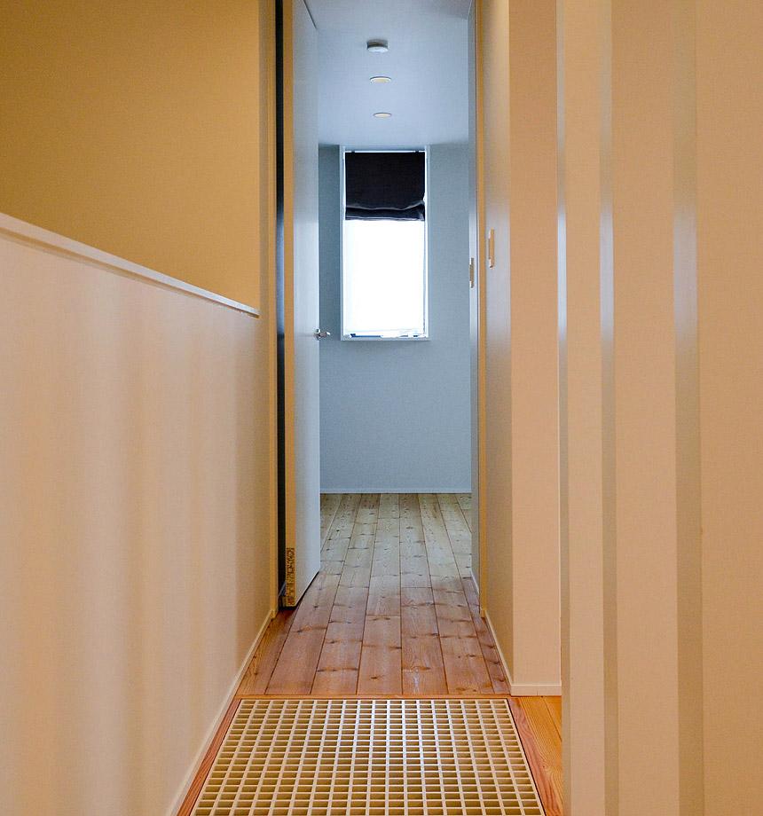 グレーチングの床を通り、寝室へ。グレーチングは光と風と音。1階と2階が1つの空間になります。