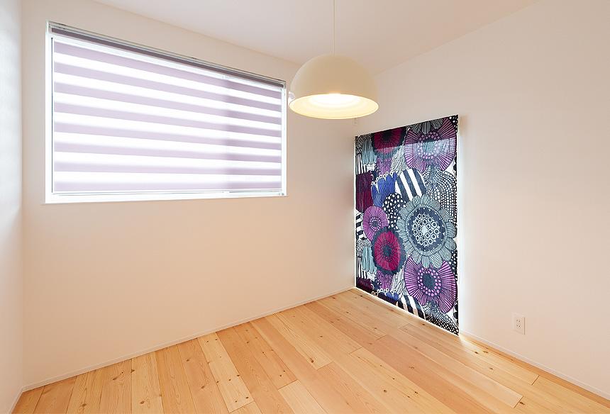 子供部屋。シンプルなクロスと無垢床の組み合わせのアクセントには、マリメッコのカーテン。おしゃれ感がアップします。