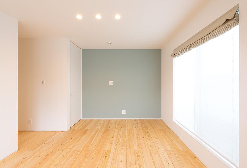 寝室。一面のクロスはTRETTIOカラーのブルーグレー色。落ち着いた空間ができました。寝室には、大容量の収納ができるWICスペースもあります。