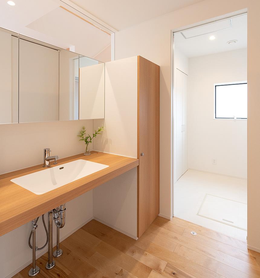 洗面スペース。洗面所と脱衣室を別スペースとして設けることで、来客時にプライベート空間を仕切る事ができます。