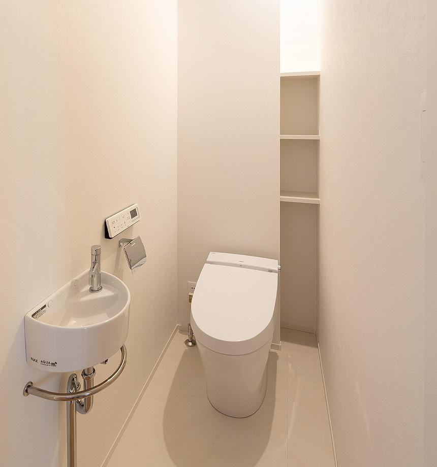 トイレ。「白」。清潔感いっぱいの空間。