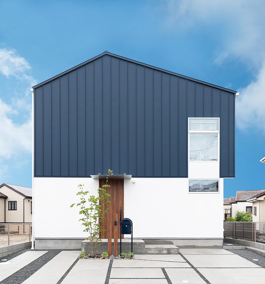外観。ネイビーのガルバリウムとホワイトのサイディングの貼り分け。道行く人の視線を集める洗練されたお家が完成しました。