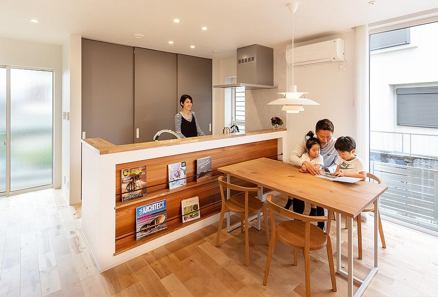 天井まである大きな窓が、LDKを明るく開放的な空間に。間仕切りのない空間で家族とのコミュニケーションがはかれますね!