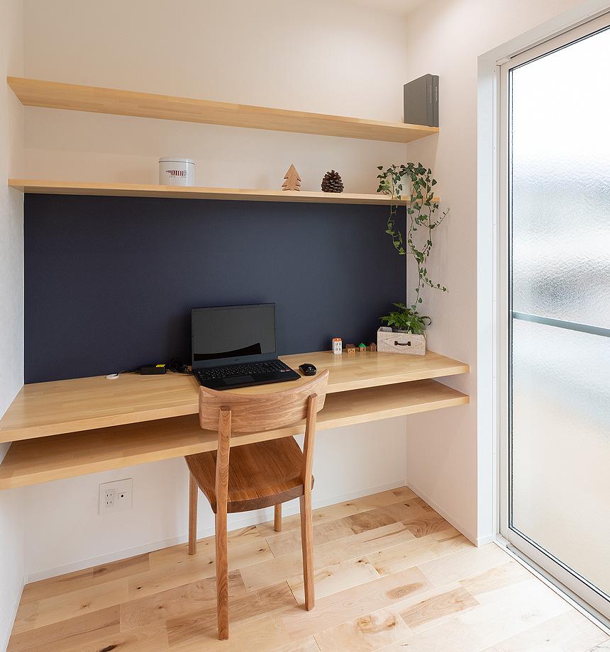 キッチン横のスタディスペース。前面のボードはLIXILマグネットボードを採用しました。家族共有の場所として、とても便利に活用できそうです。カウンターは2段にすることですっきりとお片付けもできます。