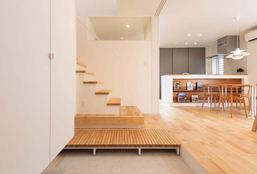 玄関土間からみたお家。無垢の床材と調和されたおしゃれなインテリア。洗練された空間が広がります。