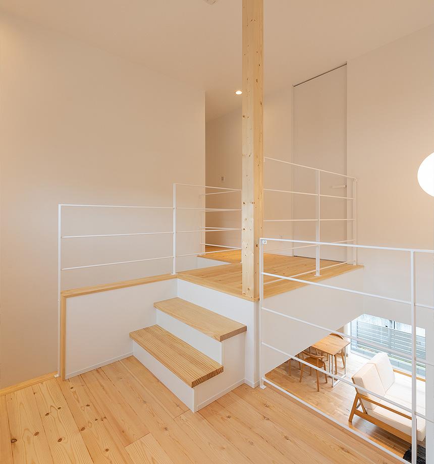2階へあがる途中のフリースペース。ワークスペースやお子様のスペース、家族のプライベートスペースとして活用できる場所。子供の成長やライフスタイルの変化、家族の暮らし方の変化に合わせて使う事ができます。
